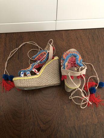 Sandálias EXE pompons