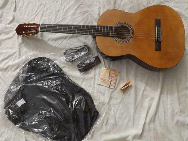 Guitarra clássica com afjnador e equalizador