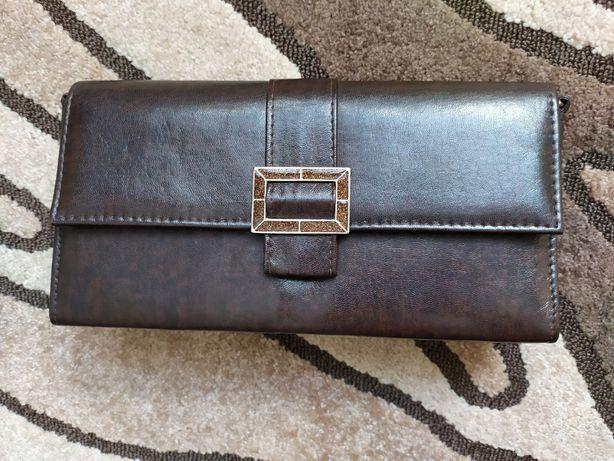 brązowa torebka z klamerką