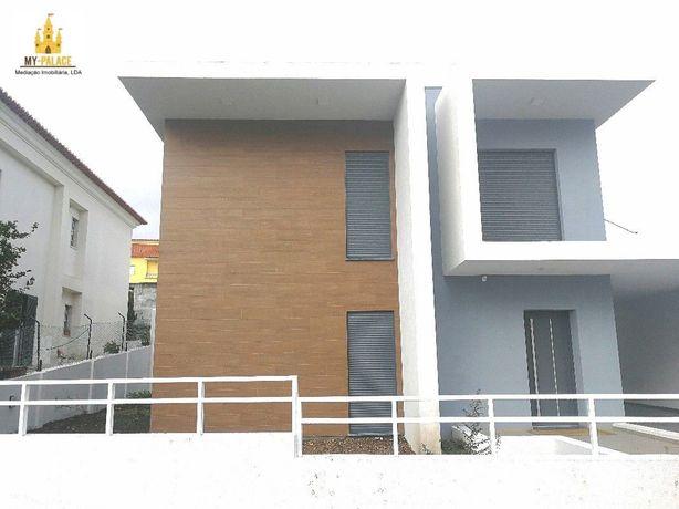 Moradia T4+1 com 3 wcs área de 180 m2+120 m2 garagem e terraço