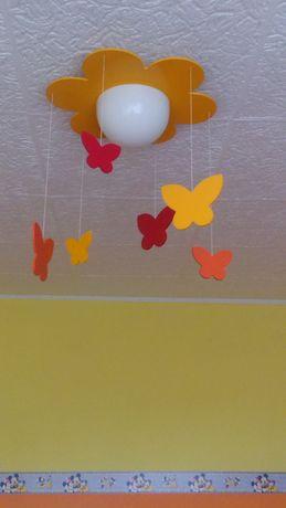 Lampa wisząca dla dziecka. Żyrandol. Szklany klosz. Motylki drewniane.