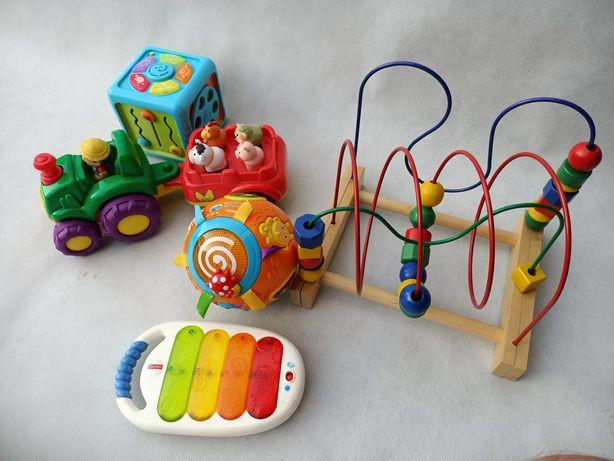 Zabawki dla małego dziecka traktor kostka kula pianino.