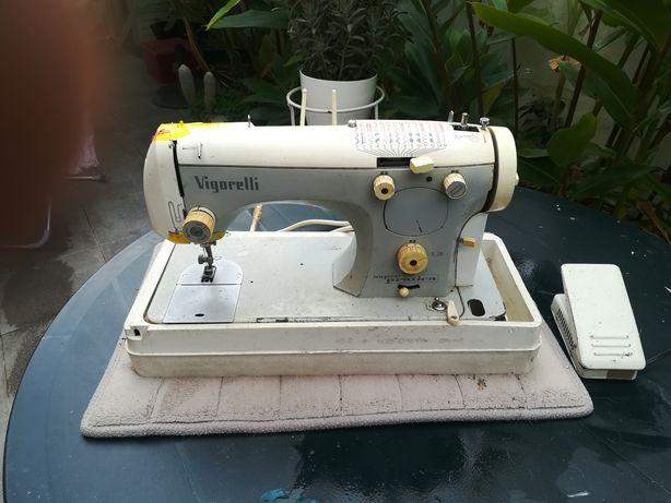 Máquina de costura Vigorelli com motor elétrico e caixa de transporte.