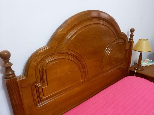 Mobília de Quarto. Cama + colchão + 2 mesas de cabeceira + cómoda