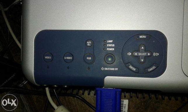 Vendo vídeo projecção em bom estado a trabalhar com cabos
