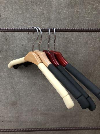 Плечики вешалки поролоновые мягкие черные с вставкой из дерева