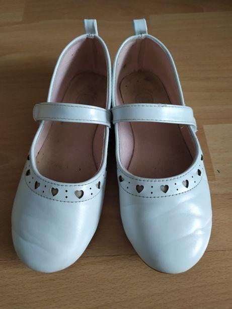 Sprzedam białe buciki dziecięce