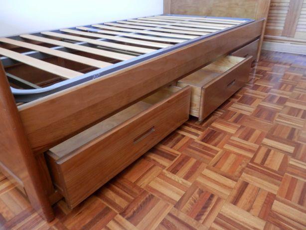 Cama e mesa de cabeceira em pinho maciço