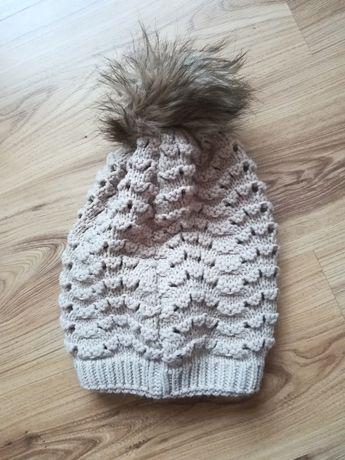 Beżowa czapka zimowa z pomponem