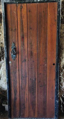 Porta de madeira tratada com 2 aros de ferro