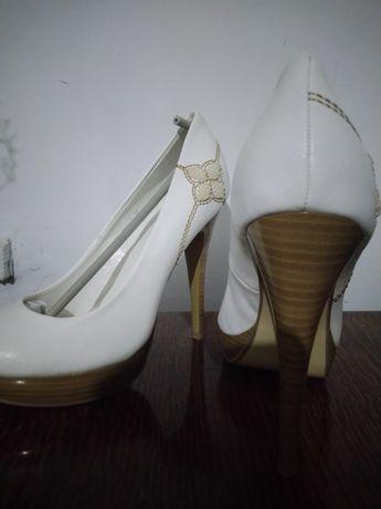 Новые туфли с вышивкой
