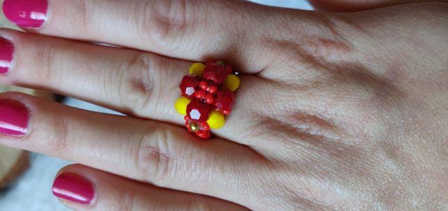 Pierścionek ręcznie robiony. Czerwono żółty kwiat.