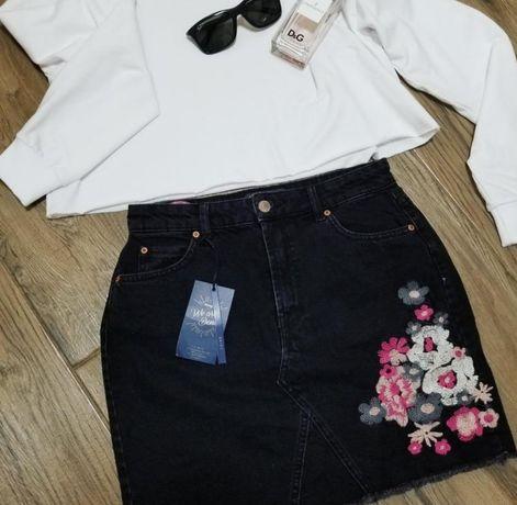 Черная мини юбка с вышивкой от Jennyfer
