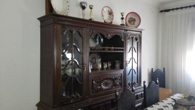 Mobilia cerca de 60 anos, sala de jantar estilo Séc-XVII