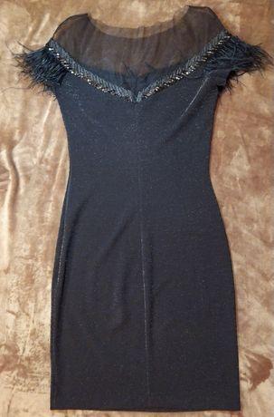 Чорна жіноча сукня з пір'ям