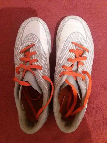 Бутси, спортивне взуття