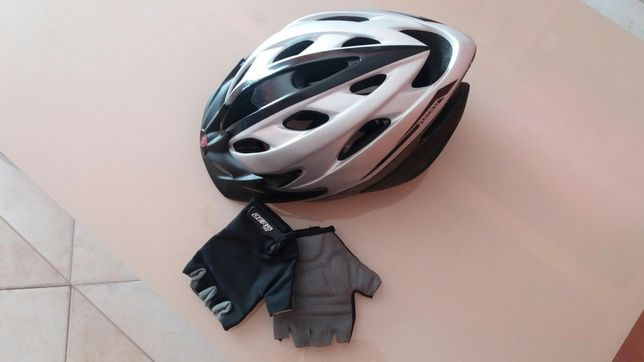 Capacete de bicicleta e luvas