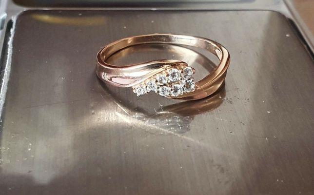 Продам Золотое кольцо(каблучка) проба 585  Диаметр 16