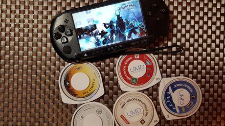 Продам PSP e1004 оригинал прошита 8гиг 25игр+5 дисков+чехол!!!