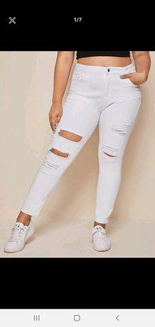 Biale spodnie z dziurami
