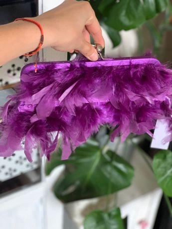 Kopertówka torebka mała pióra koktajlowa fioletowa NOWA untold