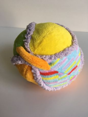 Pluszowa piłka przytulanka z dzwoneczkiem w środku Taf Toys.