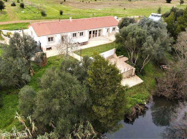 * Quinta equina, 46 ha, 2 moradias (+ ruína), 9 divisões, 6 casas de b