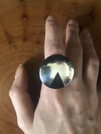 Duży, srebrny, geometryczny pierścień, koło