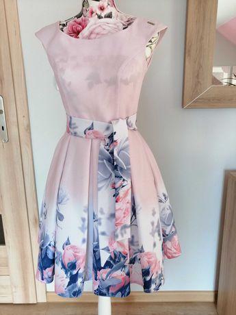 Sukienka pudrowy róż z motywem kwiatów
