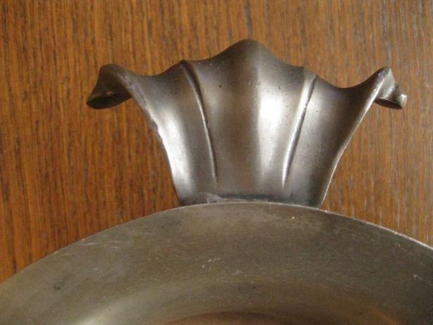 Cynowe naczynie z uchwytami, na nóżkach