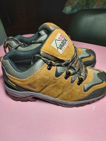 Кросівки для походу в гори