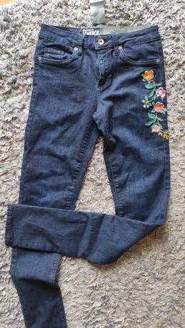 Nowe jeansy z haftem