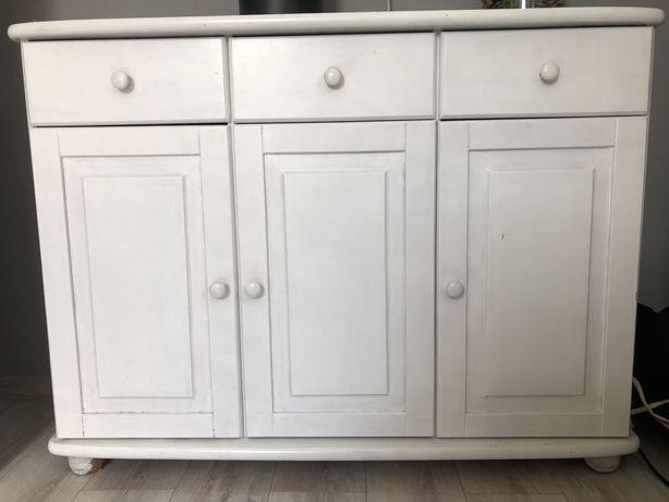 Biała drewniana komoda