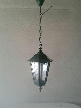 Lanterna grande candeeiro exterior e jardim verde
