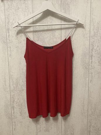 Czerwona bluzka na ramiączka z łańcuszkiem
