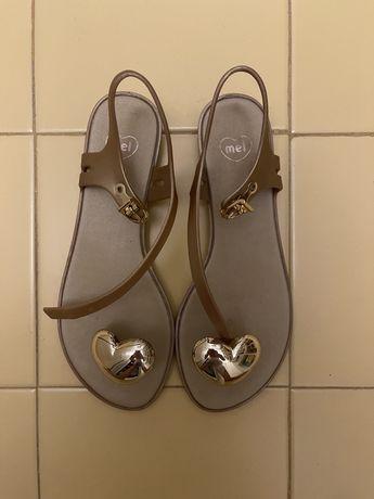Sandálias Mel douradas com coração