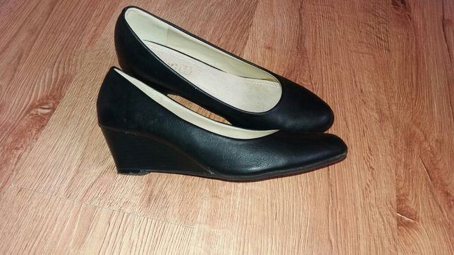 Czarne buty na koturnie 39