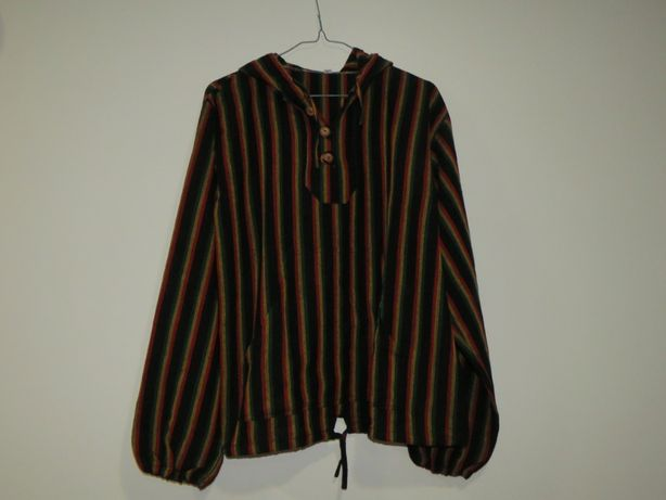 Camisola manga comprida preta, com riscas vermelhas, amarelas e verdes