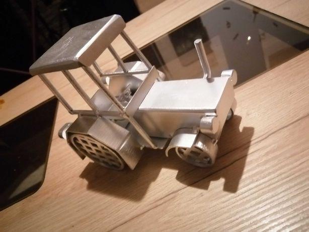Metalowy traktorek ręcznie robiony