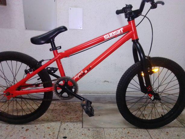 Bicicleta BMX Decathlon.