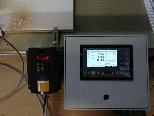 Cnc standalone área útil de 850x1350mm com fresadora de 1500w com vari