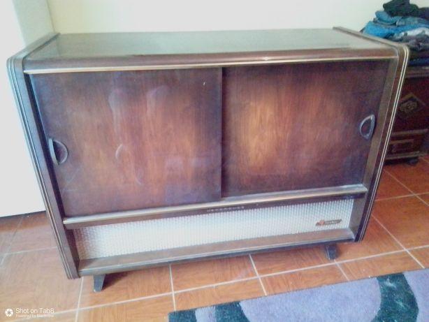 Vendo este rádio antigo com gira_discos, em movel