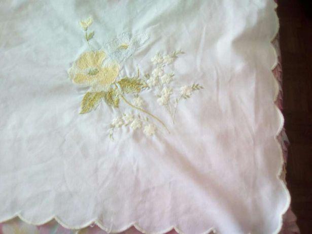 Toalha mesa em algodão bordada