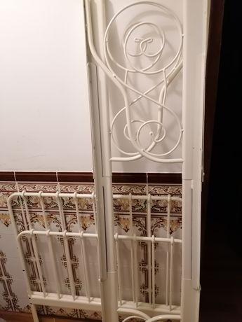 Cama em ferro Ikea