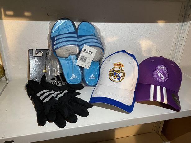 Conjunto chapeus chinelos e luvas adidas
