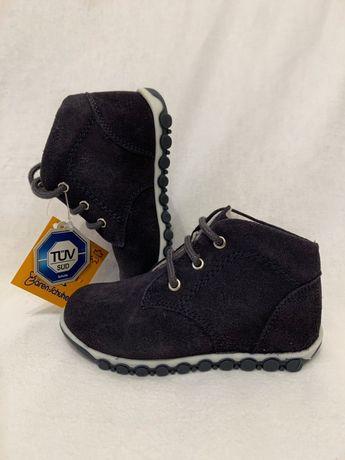 Нові дитячі ботинки