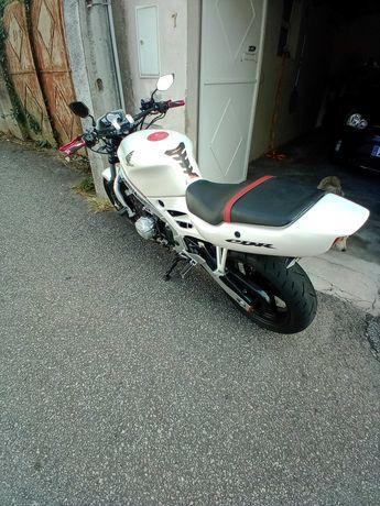 Moto CBR 600 cc muito estimada