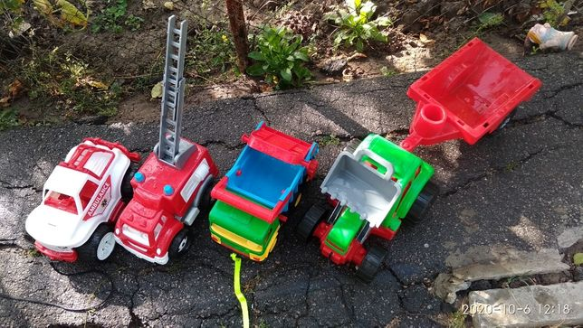 игрушки,роботы, машинки,стульчик детские