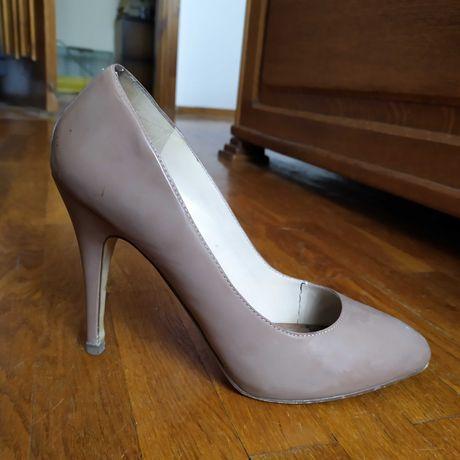 Пудрові шкіряні туфлі (р. 40)