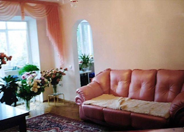 мягкий комплект мебели кожаной цвет персик в хорошем состояни